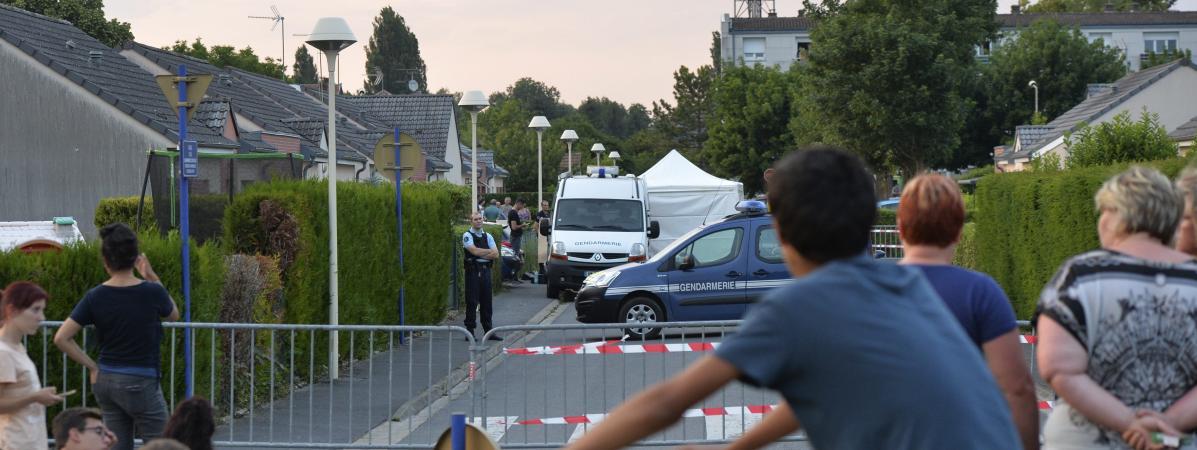 La police se trouve devant le domicile d\'un suspect du meurtre deKévin àMourmelon-le-Grand (Marne), le 4 juin 2018.