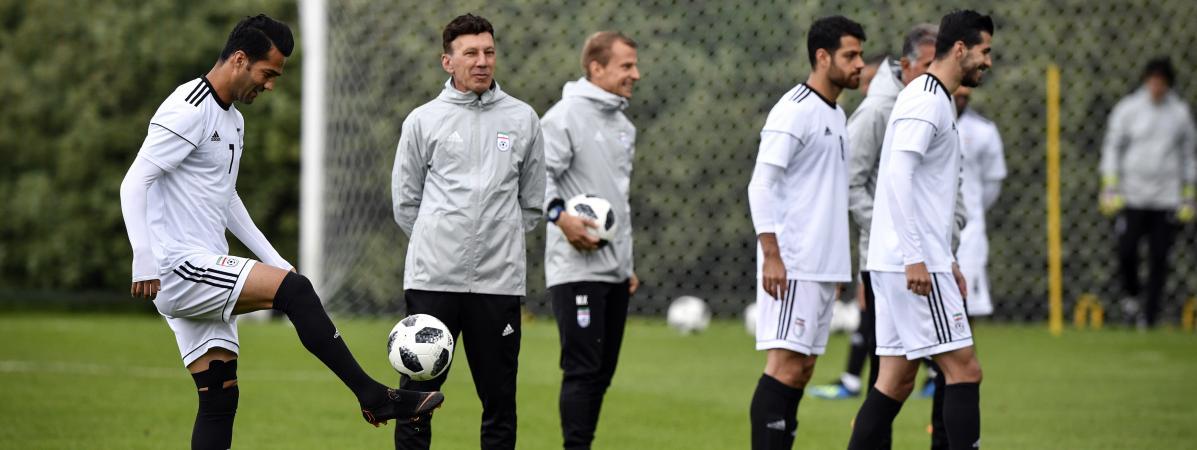 Le joueur iranien Masoud Shojaei (à gauche) à l\'entraînement avec ses chaussures de la marque Nike, le 10 juin 2018 à Bakovka, près de Moscou (Russie).