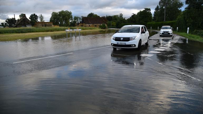 Une route inondée à cause des pluies d\'orages, le 11 juin 2018, àTennie (Sarthe).