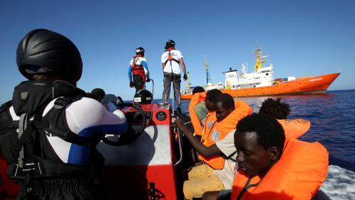 """Comment la France justifie son refus d'accueillir le navire """"Aquarius"""", bloqué avec plus de 600 migrants à son bord"""