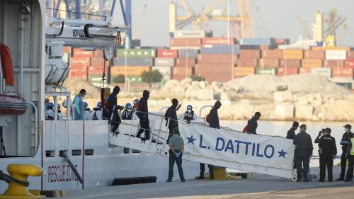 """DIRECT. """"On les sent extrêmement fatigués"""" : les premiers migrants de l'""""Aquarius"""" sont arrivés en Espagne"""