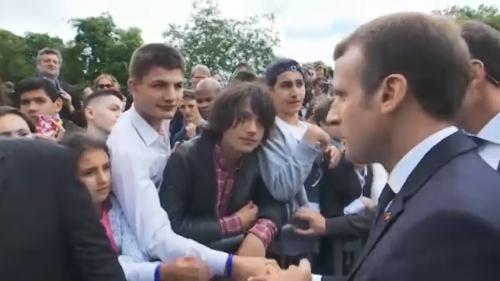 """VIDEO. """"Tu m'appelles Monsieur le Président """" : Macron recadre un collégien lors des commémorations du 18-Juin 1940"""