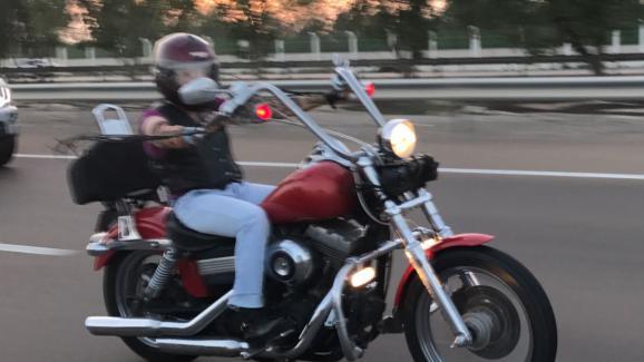 Elena Bukaryeva, 39 ans, au volant de sa Harley Davidson.
