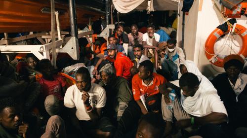 """VIDEO. """"En arrivant à bord, vous marchez sur des êtres humains"""" : sur le """"Lifeline"""", la longue attente de plus de 200 migrants"""