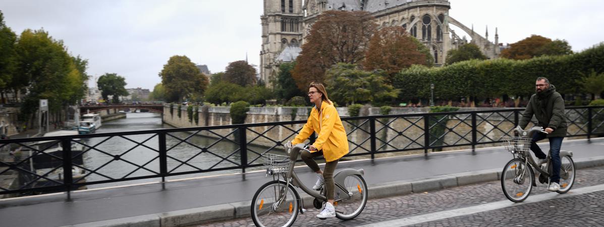 Des cyclistes devant la Cathédrale Notre-Dame lors de la journée sans voiture à Paris, le 1er octobre 2017.