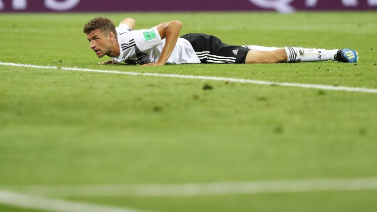 L\'attaquant allemand Thomas Müller le nez dans le gazon lors du match Allemagne-Suède, le 23 juin 2018 à Moscou (Russie).