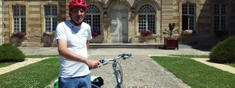 Françis Siedlewski devant la mairie de Sainte Ménéhould dans la Marne.