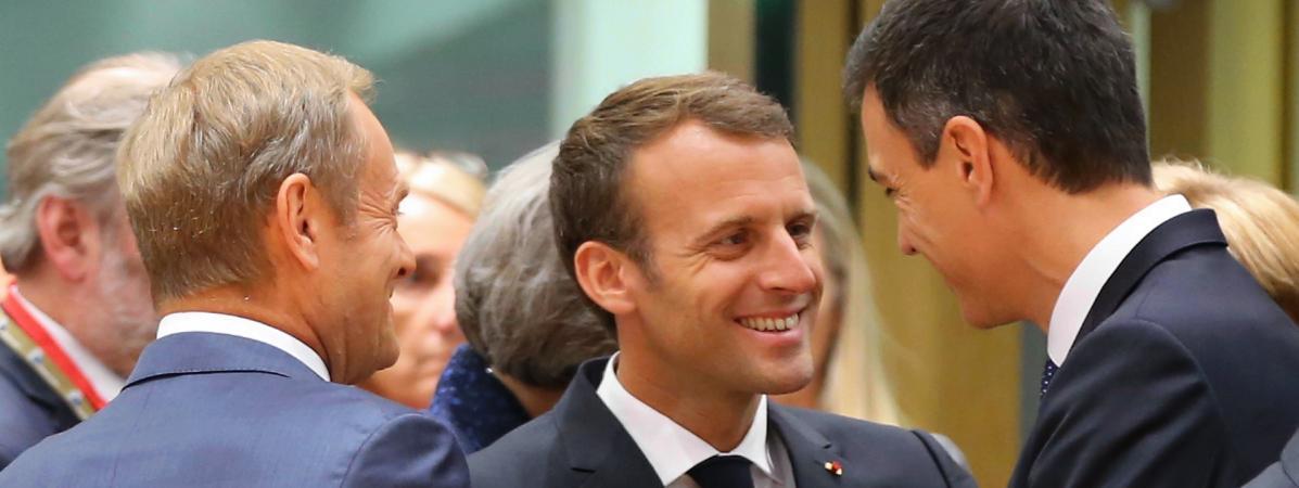 Emmanuel Macron au milieu duprésident du Conseil européenDonald Tusk (à gauche) et du Premier ministre espagnol Pedro Sanchez, lors d\'un sommet européen à Bruxelles le 28 juin 2018.