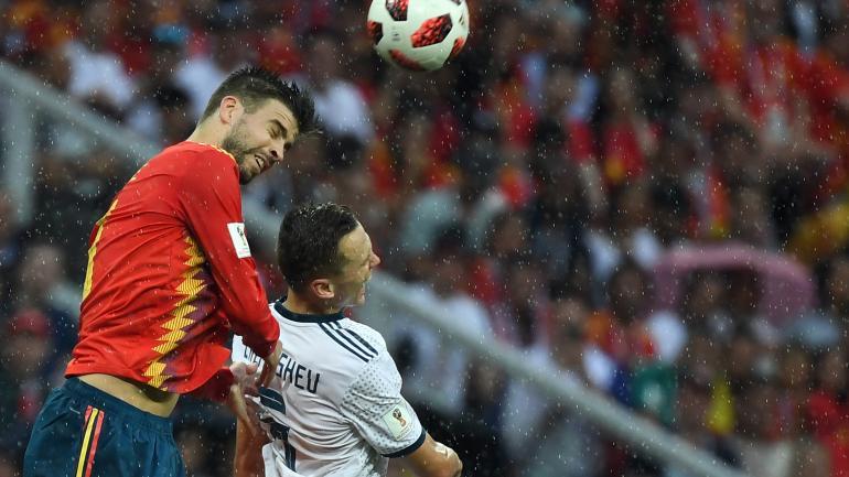 Gerard Piqué à la lutte avec Denis Cheryshev lors de la rencontre entre l\'Espagne et la Russie, dimanche 1er juillet à Moscou.