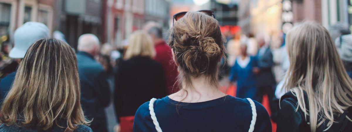 """Des chercheurs en psychologie sociale ont théorisé le \""""bystander effect\"""", pour expliquer pourquoi certaines personnes ne réagissent pas quand elles sont témoins d\'un accident ou d\'une agression."""