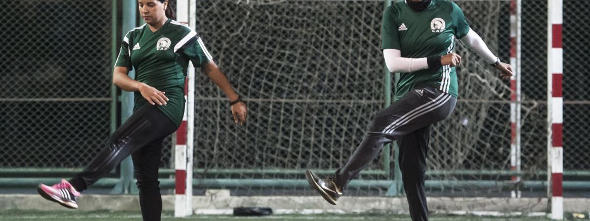 LA PHOTO. Devenir arbitre de football  des Egyptiennes ont relevé le ... 71402a48ed6