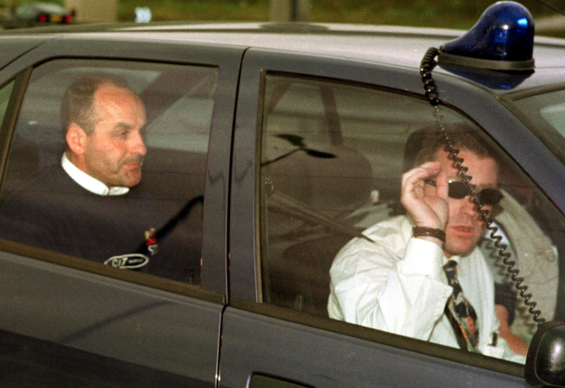 Le directeur sportif de l\'équipe Festina, Bruno Roussel, est conduit au tribunal de Lille (Nord) sous escorte policière, le 17 juillet 1998.