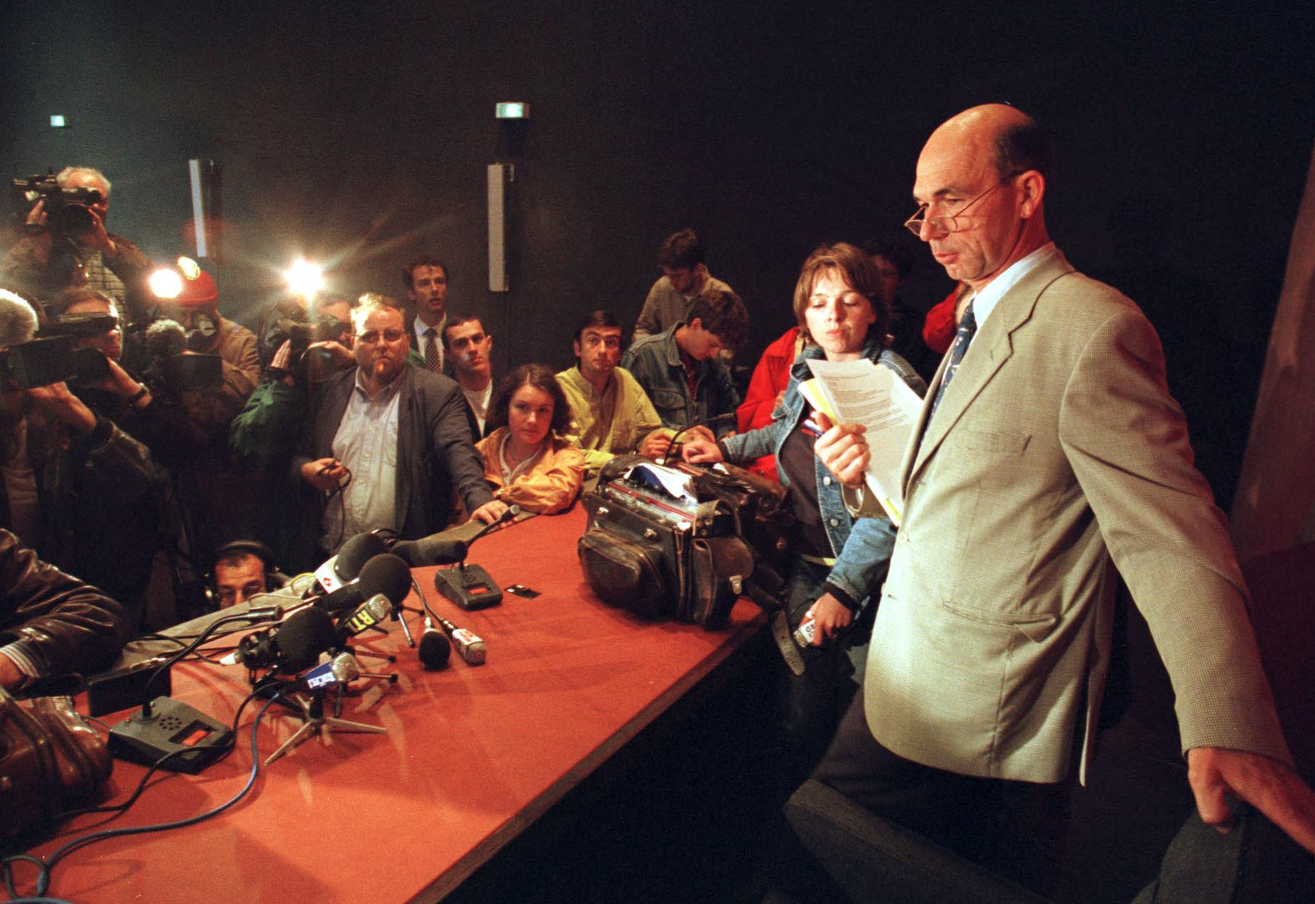 Jean-Philippe Joubert, l'assistant du procureur de Lille, arrive en conférence de presse pour annoncer la mise en examen de Bruno Roussel dans le cadre de l'affaire Festina, le 17 juillet 1998.