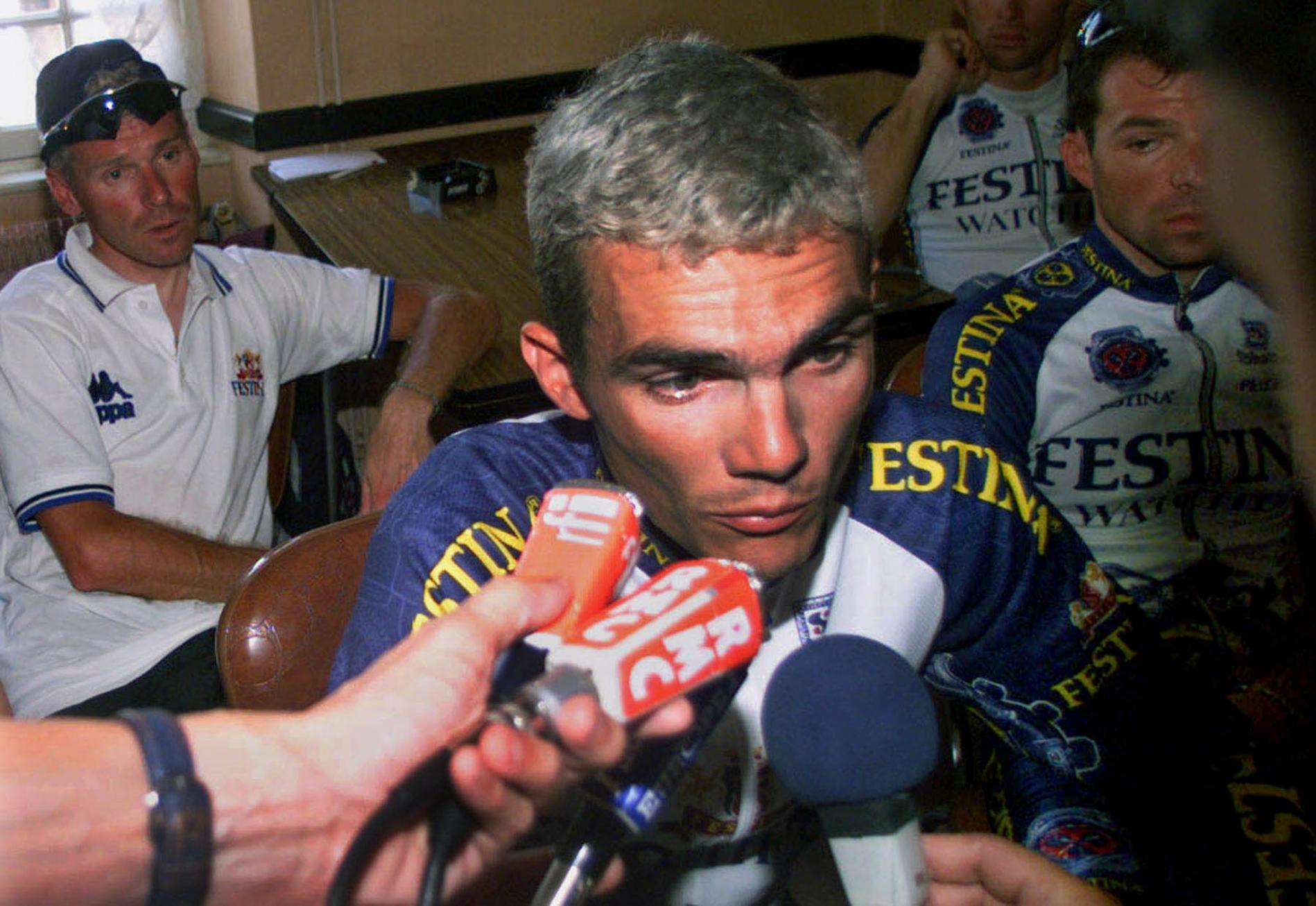 Richard Virenque s\'adresse aux journalistes dans l\'arrière-salle du café-tabac Chez Gillou, après son entrevue avec Jean-Marie Leblanc, le 18 juillet 1998.