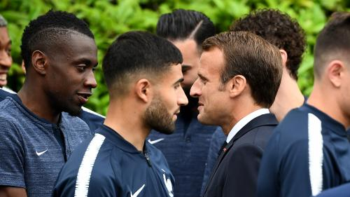 Le brief politique. Emmanuel Macron va suivre le match Uruguay-France avec 300jeunes footballeurs