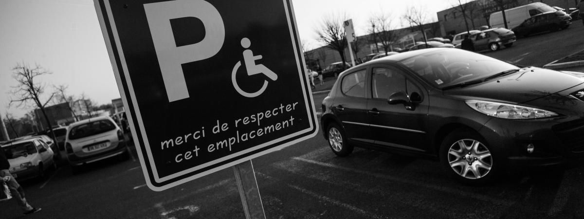 Photo d\'illustration - Place de stationnement voiture reservee aux personnes a mobilite reduite.
