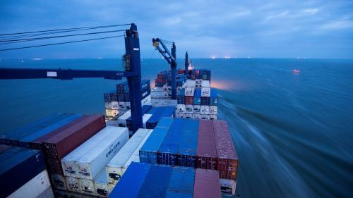 Le brief éco. Le groupe de transport maritime CMA-CGM jette l'éponge en Iran