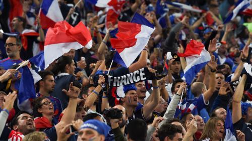 """VIDEO. Pavard et sa """"frappe de bâtard"""", les Champs-Élysées pour Kanté... Écoutez les chansons des supporters des Bleus"""