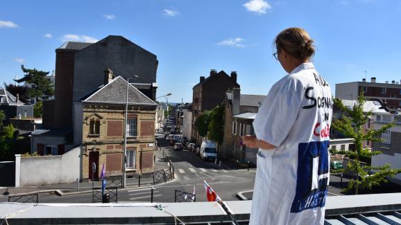 Sylvia, aide-soignante à l\'hôpital Pierre-Janet du Havre, sur le toit des urgences, mardi 10 juillet 2018.