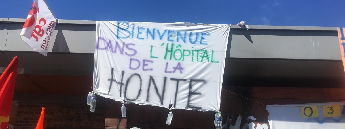 La façade de l\'hôpital psychiatrique Pierre-Janetdu Havre (Seine-Maritime), recouverte de banderoles, mardi 10 juillet 2018.