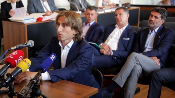 Le footballeur croate Luka Modric devant le tribunal d\'Osijek (Croatie), le 13 juin 2017.