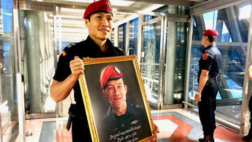 """Thaïlande : à Bangkok, les sauveteurs des """"enfants de la grotte"""" accueillis en héros"""