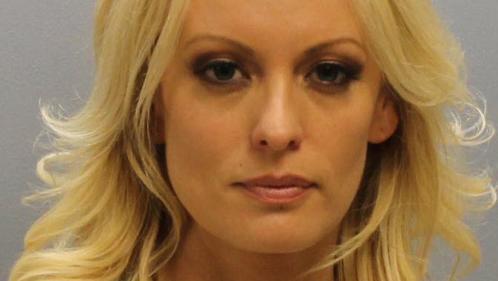 """Etats-Unis : la strip-teaseuse Stormy Daniels arrêtée pour des """"attouchements"""" sur des clients"""