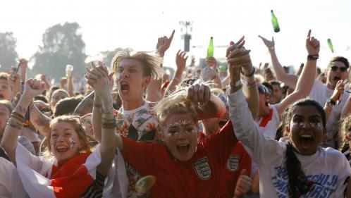 VIDEOS. L'impressionnant nuage de bière à Londres pour fêter l'ouverture du score de l'Angleterre