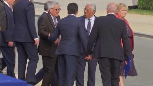VIDEO. Titubant au sommet de l'Otan, Jean-Claude Juncker souffre d'une sciatique