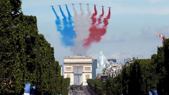 La Patrouille de France survole les Champs-Elysées, le 14 juillet 2017.