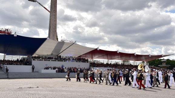 Le défilé passe devant la tribune présidentielle, sur la place de la Concorde, le 14 juillet 2017 à Paris.