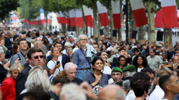 Les spectateurs jouent des coudes pour apercevoir les soldats, le 14 juillet 2017, sur les Champs-Elysées.