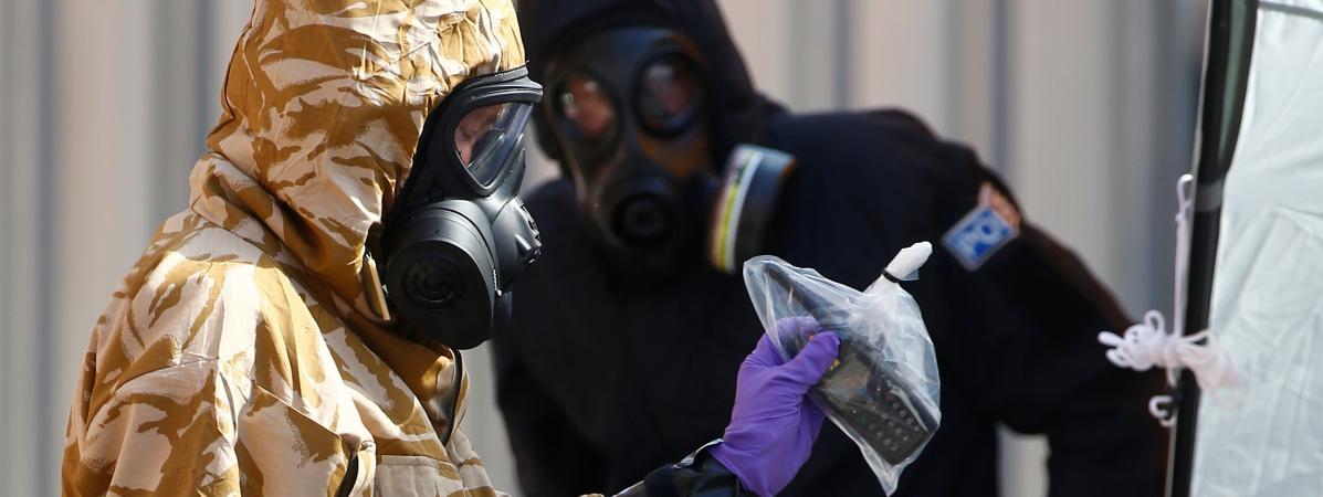 Des membres de la police scientifique, en tenue protectrice, travaillent au domicile d\'un homme empoisonné au Novitchok, le 6 juillet 2018, à Amesbury (Angleterre).
