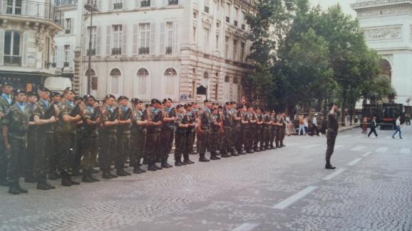 Pascal est au garde-à-vous avec son unité, le 14 juillet 1992.