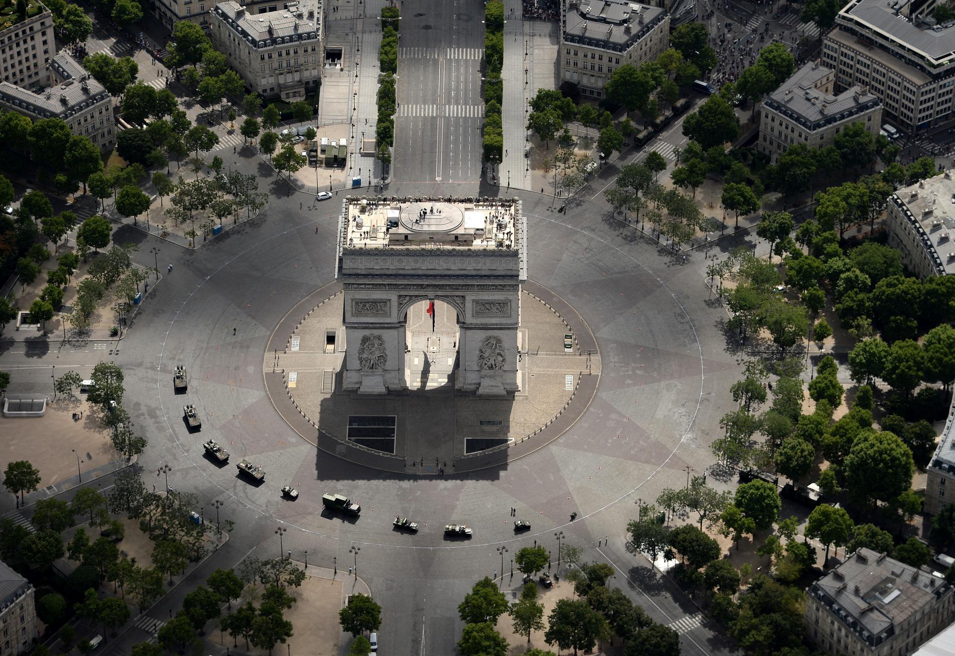 Des véhicules de l\'armée commencent à arriver sur la place Charles de Gaulle, à Paris, peu avant le top départ du défilé du14 juillet 2017.