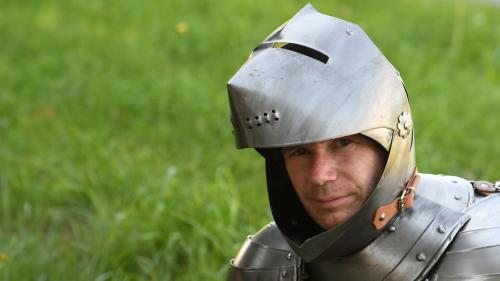 Papa poule ou bien encore chevalier errant: qui est Abraham Poincheval, performeur de l'extrême?