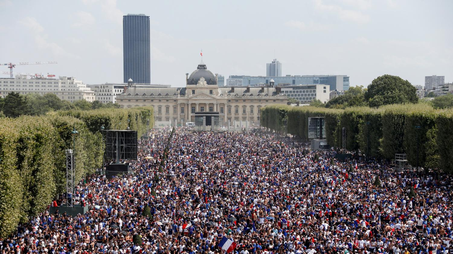 coupe du monde 2018 le champ de mars envahi par 90 000 supporters paris. Black Bedroom Furniture Sets. Home Design Ideas