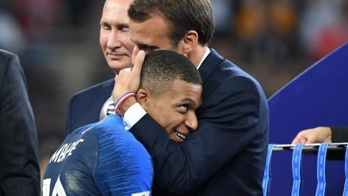"""VIDEO. """"Vous l'avez fait !"""" : Macron félicite les Bleus dans leur vestiaire pour leur victoire en Coupe du monde"""