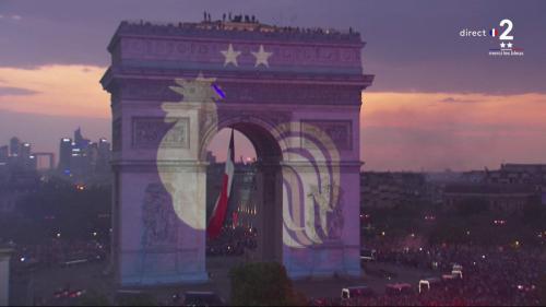 """VIDEO. """"C'est en France qu'on l'a gagnée"""" : l'arc de Triomphe s'illumine aux couleurs des Bleus pour célébrer la Coupe du monde"""
