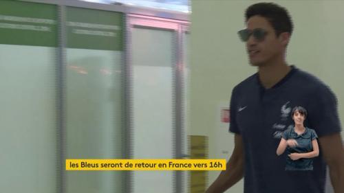 """VIDEO. """"On est très heureux"""" : la joie des Bleus champions du monde à l'aéroport de Moscou avant d'embarquer vers Paris"""
