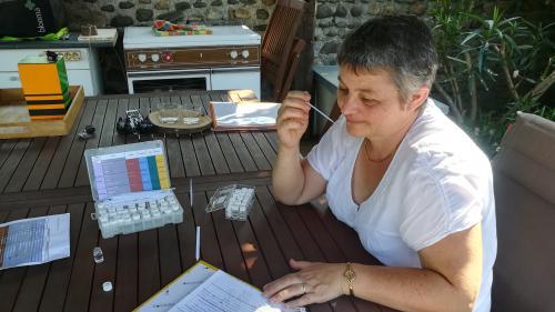 """""""Dès que vous pouvez, partez"""" : dans le bassin de Lacq, les habitants apprennent à reconnaître les odeurs chimiques"""