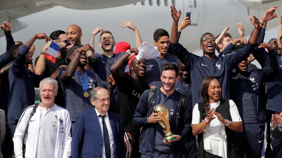 Direct l 39 quipe de france quitte roissy en direction des champs elys es regardez le retour - Coupe de france direct tv ...