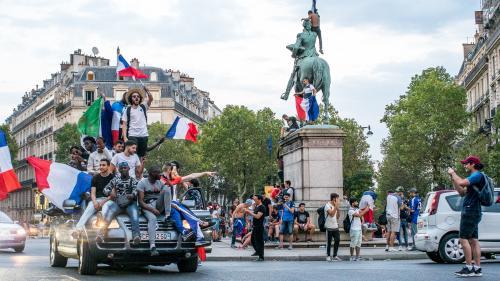 VIDEOS. Supporters nus, paquito dans le train, policiers fêtards... Huit scènes folles vues en France après la victoire des Bleus