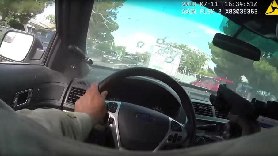 video etats unis un policier tire travers son pare brise et tue un suspect. Black Bedroom Furniture Sets. Home Design Ideas