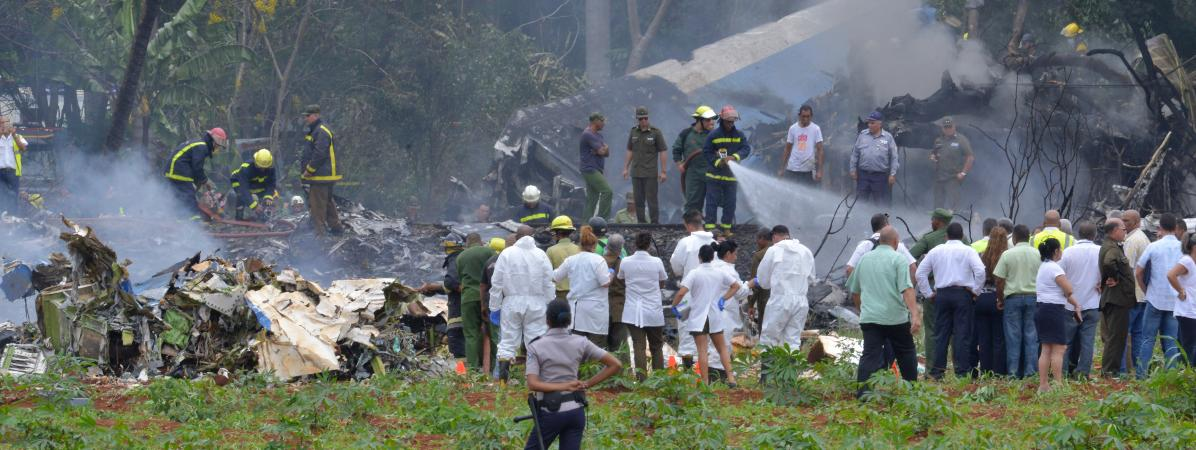 Des secouristes interviennent sur le site du crash d\'un avion à La Havane, à Cuba, le 18 mai 2018.