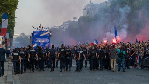 """""""J'ai attendu trois heures pour ne rien voir"""": des supporters déçus du passage éclair des Bleus sur les Champs-Elysées"""