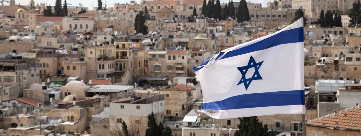 Un drapeau israélien flotte au-dessus de Jérusalem, le 12 février 2018.