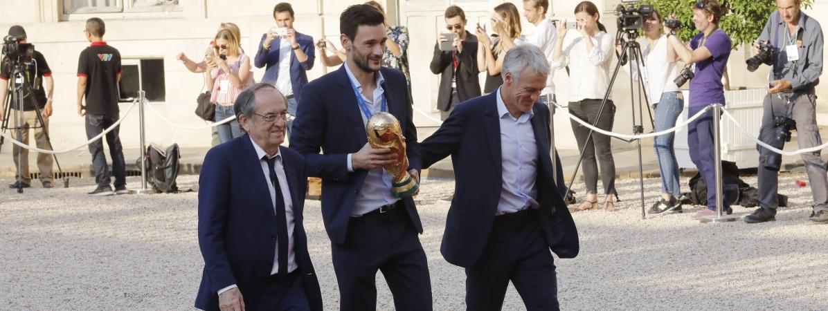 Le président de la Fédération française de football, Noël Le Graët, arrive à l\'Elysée aux côtés d\'Hugo Lloris et Didier Deschamps le 16 juillet 2018, au lendemain du titre mondial des Bleus.