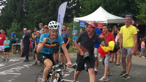VIDEO. Tour de France : à quoi ressemble l'ambiance d'une étape de montagne ? On a passé 24 heures dans un virage