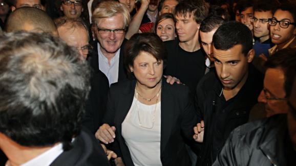 Martine Aubry en campagne pour la primaire socialiste, accompagnée d\'Alexandre Benalla (à sa gauche, à droite sur la photo), le 9 octobre 2011 à Paris.